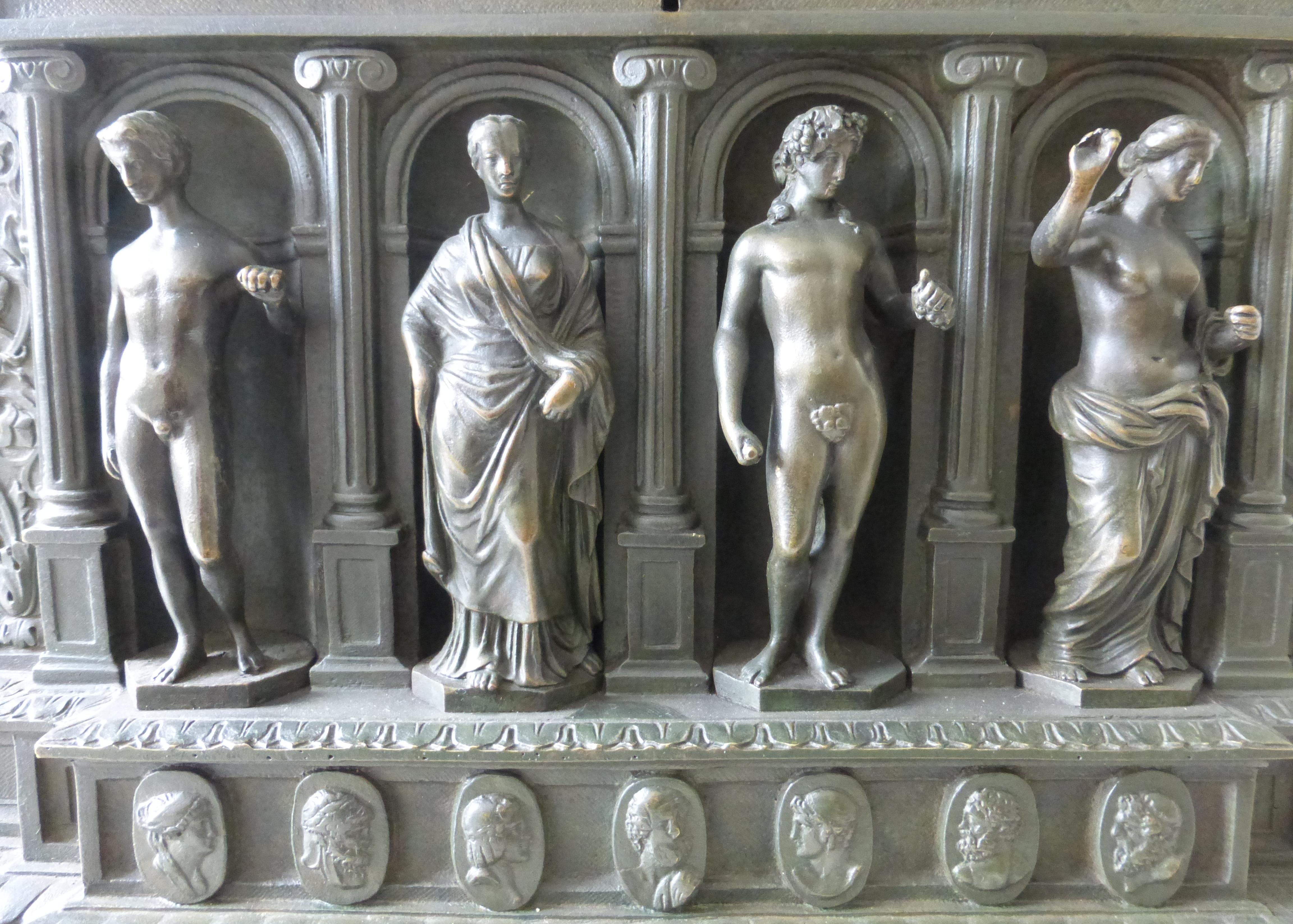 0a5c1b1b06062 Rechts neben Dionysos befindet sich die Statue einer weiblichen Gestalt.